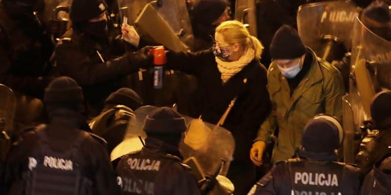 Poslankyně Barbara Nowacka během policejního ataku pepřovým sprejem. (Foto Facebook Gazety wyborcze)