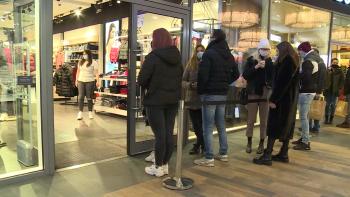 Promoření v nákupních centrech? Po hospodách plní lidé obchody
