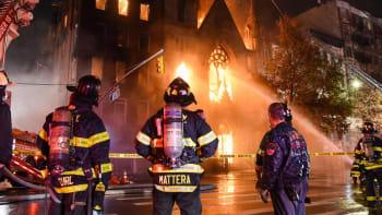 Požár historického kostela na Manhattanu. Na místě zasahovaly desítky hasičů