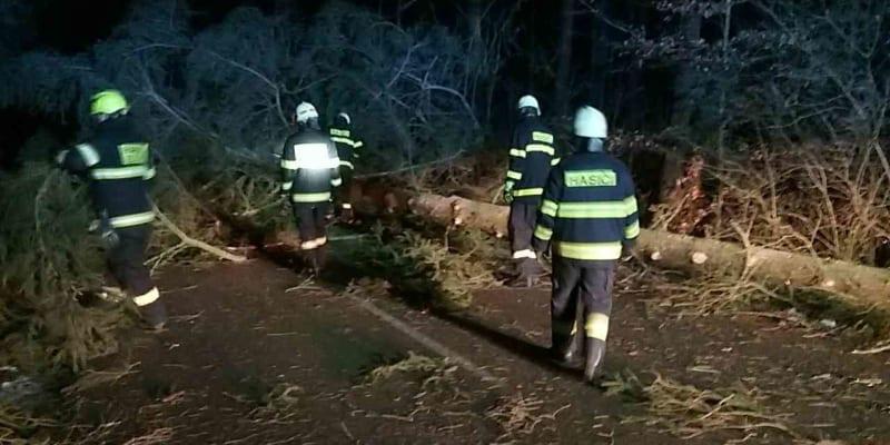 Kvůli silnému větru hasiči hlásí až čtyřikrát více zásahů