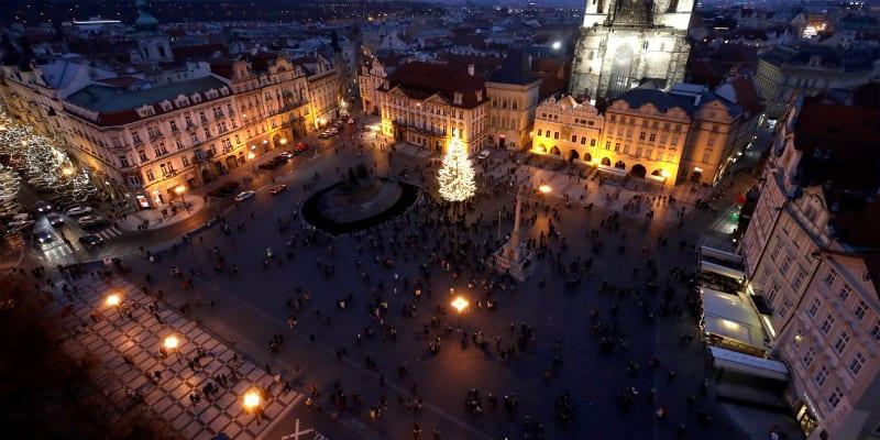 Staroměstské náměstí v Praze působí letos alespoň trochu vánočně díky stromku.