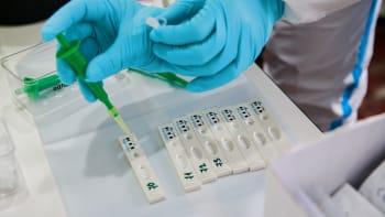 Byznys a šikana? Vláda se vyhýbá kvalitnějším PCR testům, dětem dává čínské