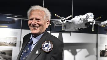 Zemřel válečný veterán britské RAF Lom. Zemanovi vrátil pamětní list k osvobození