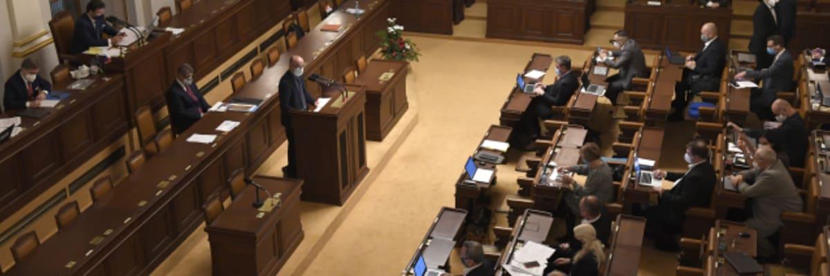 Plnou nemocenskou lidé v karanténě nedostanou, Sněmovna schválila příspěvek 370 korun