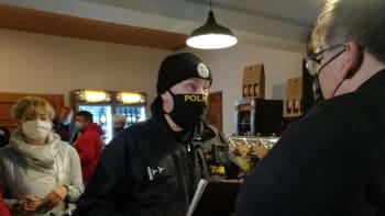 ON-LINE: Policie vtrhla do otevřených podniků. Vláda nehraje čistou hru, tvrdí advokát
