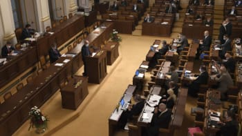 Sledujte ŽIVĚ: Sněmovna jedná o kompenzačním bonusu a ošetřovném