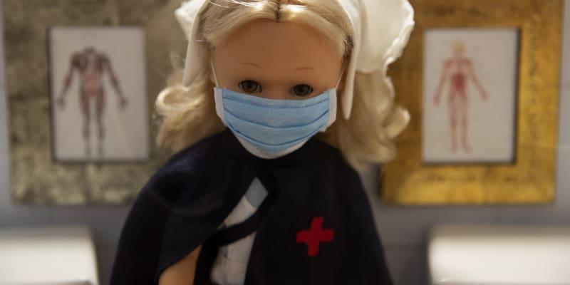 """V hračkářství v centru Madridu jsou k dostání například """"aktualizované verze"""" populární panenky Nancy."""