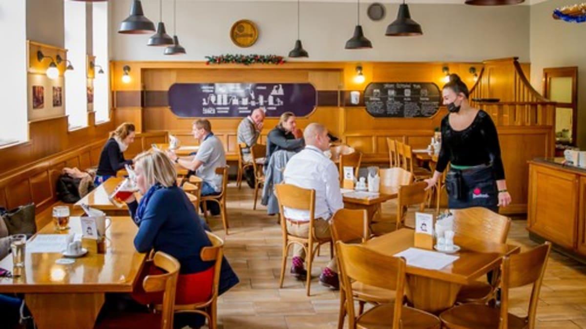 V sobotu se v Česku otevřou některé restaurace a obchody. Rebelové obejdou opatření