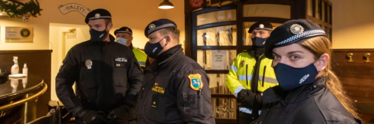 ON-LINE: Policie vtrhla do otevřených podniků. Byl zatčen první majitel restaurace