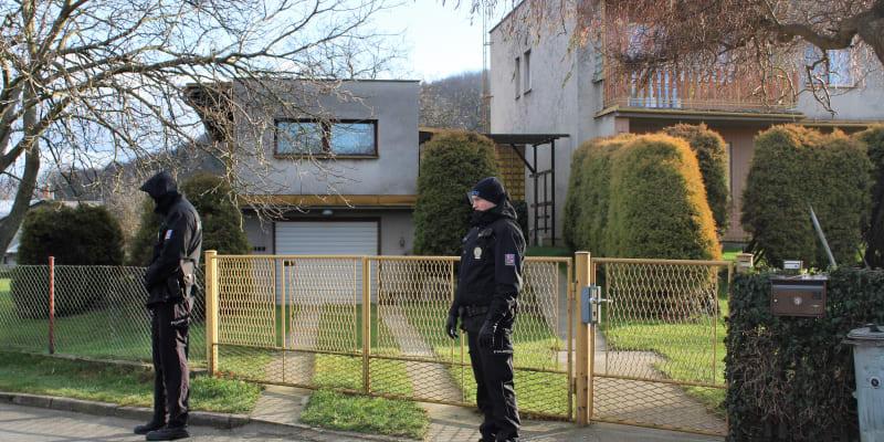 Dům v Jilešovicích, kde  u rodičů částečně žil vrah Ctirad Vitásek. Snímek byl pořízen čtyři hodiny po Vitáskově sebevraždě.