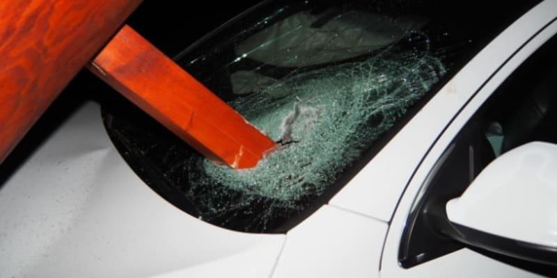 Audi Q7 skončilo v zoraném poli s proraženým čelním sklem.