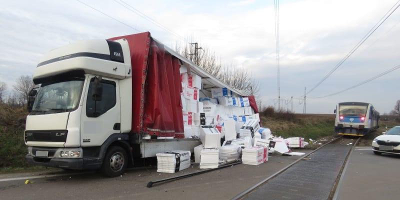 V Cerekvici nad Loučnou na Svitavsku se ve čtvrtek ráno srazil nákladní automobil s osobním vlakem.