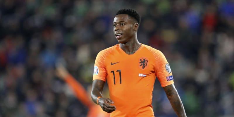 Podle médií došlo k incidentu na rodinné oslavě, kterou v létě útočník Ajaxu pořádal. Pobodanou osobou měl být fotbalistův příbuzný.