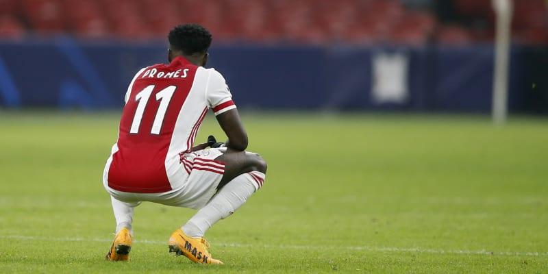 Nizozemský fotbalový klub AFC Ajax se k zatčení svého hráče nevyjádřil.