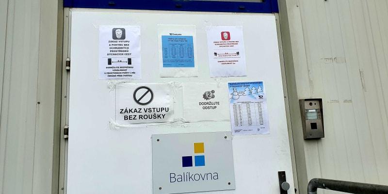 Dveře depa a balíkovny v Rudné, před kterými potkávám člověka s velmi podobným příběhem. Ani jemu prý pošta pět dní neodpovídá na nic, tak si zkusil pro zásilku dojet osobně, z druhého konce Prahy.