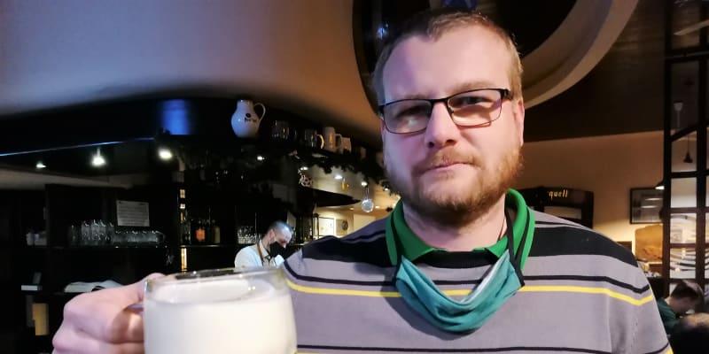 Ostravský rebel a hospodský Marián Bavlšík z pivnice U Rady s posledním letošním  šnytem.