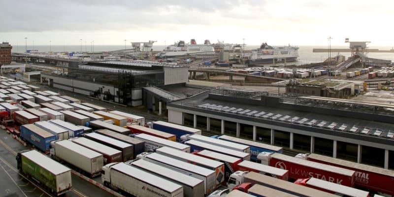 Kamiony čekající na trajekt v anglickém přístavu Dover