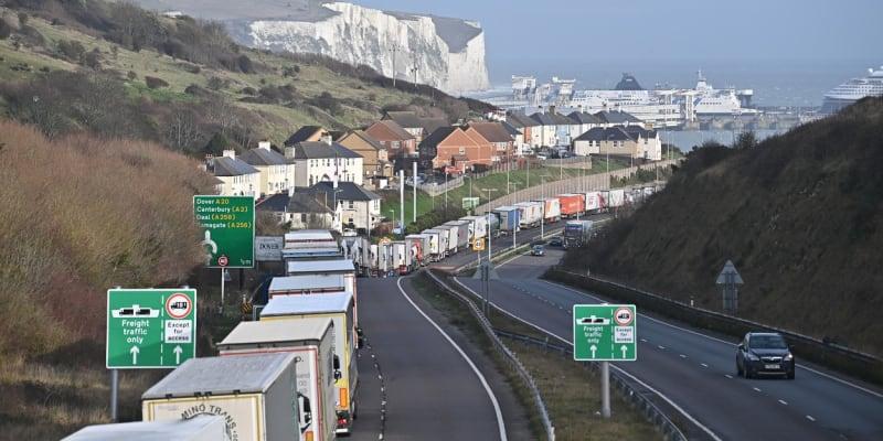 Nekonečná kolona kamionů před přístavem v anglickém Doveru