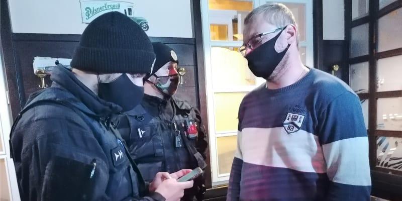 Zásah proti rebelujícímu majiteli hospody U Rady Mariánu Balvšíkovi z minulého týdne.