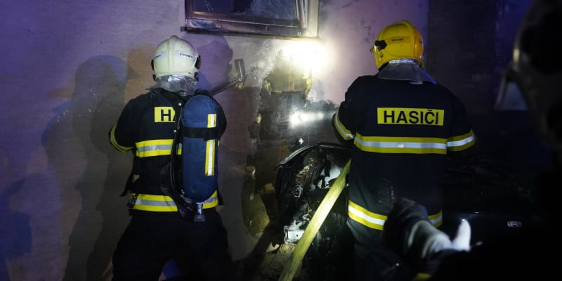 Poškozená byla garáž i další auta.