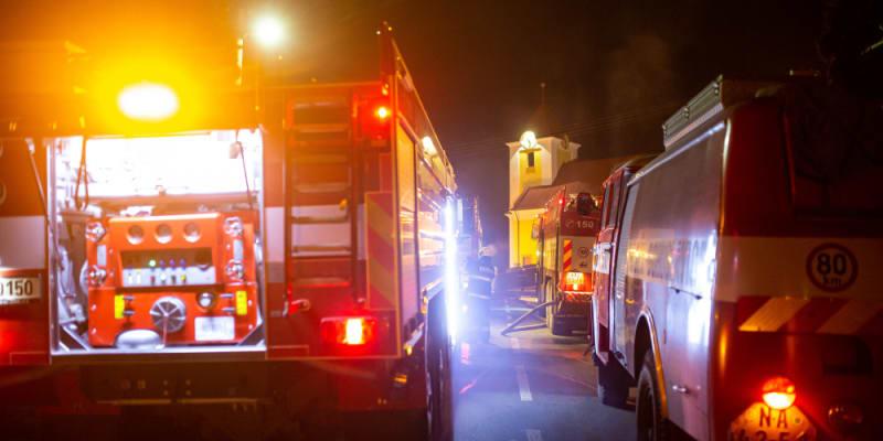 Při hašení se zranil jeden hasič.