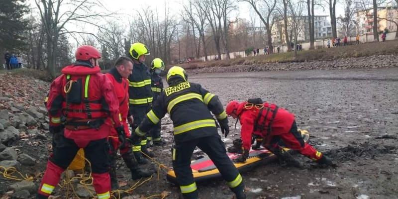 Hasiči v Praze zachránili chlapce uvízlého v bahně.