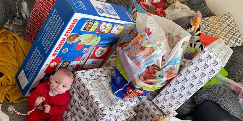 Zloději okradli mladou matku s postiženou dcerou den před Vánoci, vzali jim veškeré dárky.