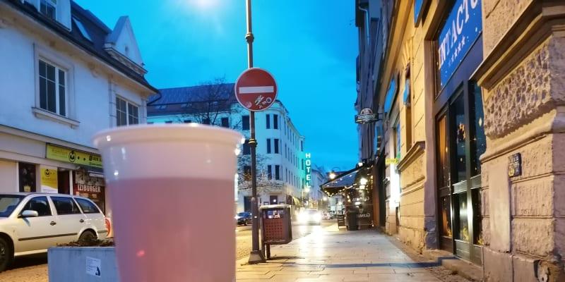 V proslulé  Stodolní ulici se čepované pivo do sáčku nebalí, nekoupíte ho ale zdaleka v každém výčepu.