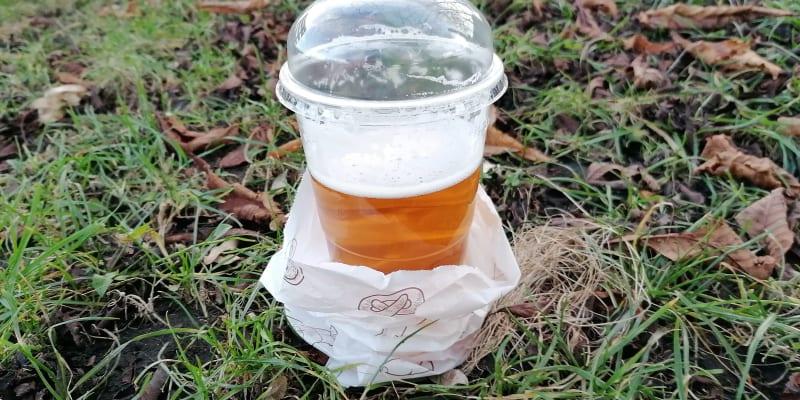 Ostravská specialita u výdejních okének, pivo v sáčku a s poklopem