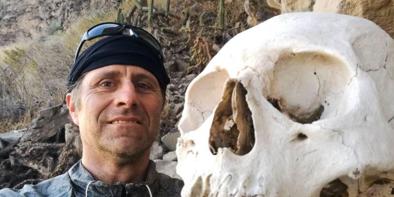 Martin Mykiska u volně přístupného rozpadlého inckého hrobu.