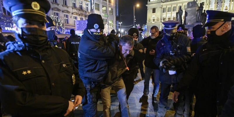 Demonstrace odpůrců vládních opatření a očkování na pražském Václavském náměstí