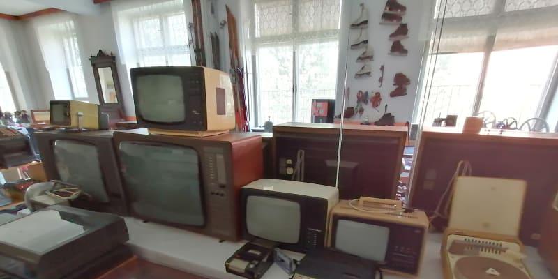 Muzeum Československa.  Sbírka televizorů a gramofonů