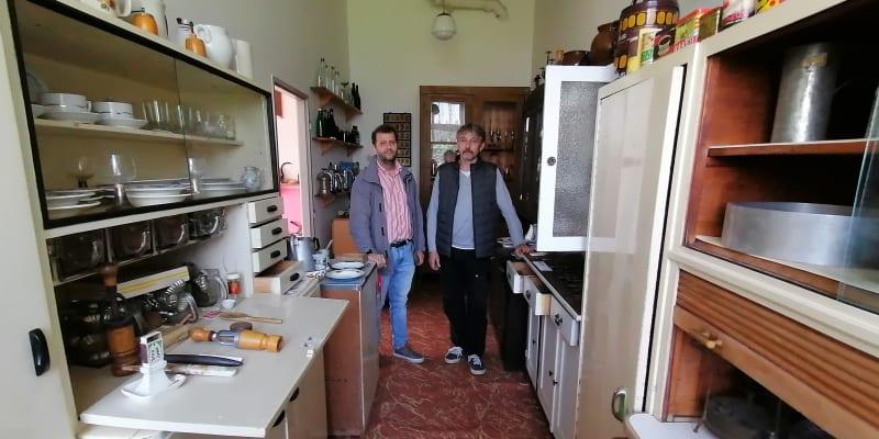 Muzejníci Marian Hrabovský a Tomáš Sulek v kuchyni z padesátých a šedesátých let