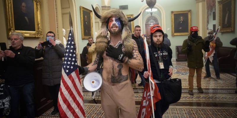 Jake Angeli ve svém šamanském kostýmu v budově Kapitolu