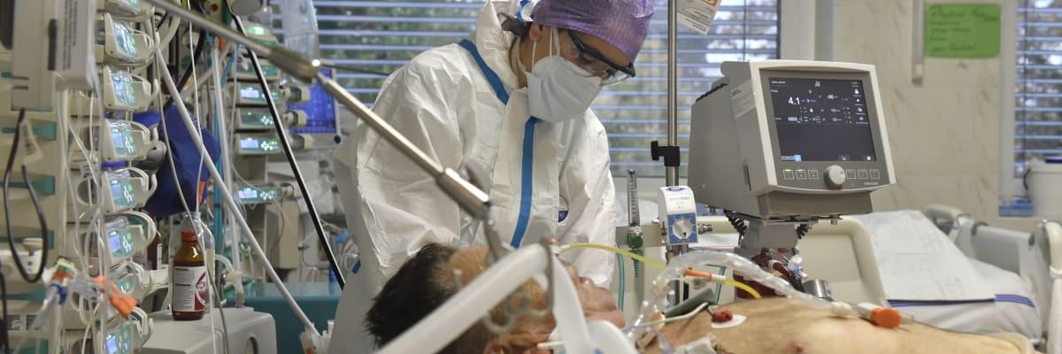 Velký přehled nemocnic: Vyčerpání, nakažený personál, rušení operací. Kde je nejhůř?