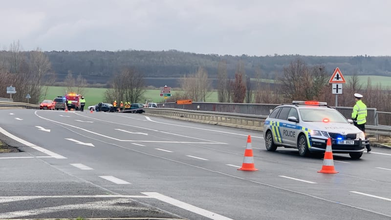 Srážka dvou osobních aut na Litoměřicku u sjezdu z D8 si vyžádala pět zraněných