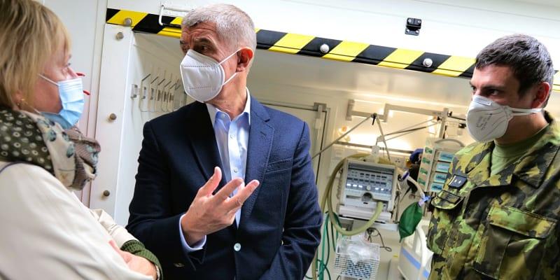 Premiér se polní nemocnicí chlubil na Facebooku.