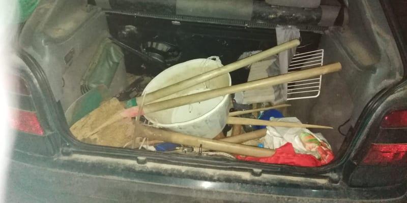 Výbava, kterou policie nalezla u zadržených v autě.