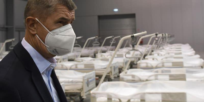 Premiér Andrej Babiš při návštěvě polní nemocnice v Letňanech 25. října 2020.