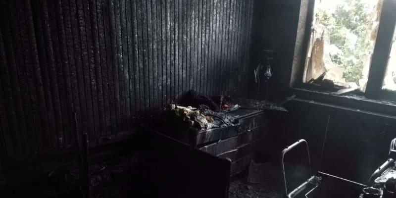 Hasiči v Hořovicích zachránili z hořícího domu nemohoucí seniorku.