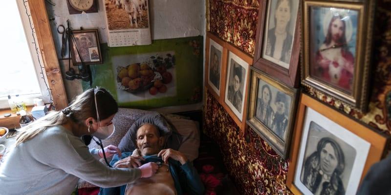 Podobně jako další lékaři vkládá Mahonyčová naděje do očkování, které bymělozačít na Ukrajině v březnu.