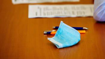 Zkouška dospělosti v respirátoru. Před maturitou student musí předložit negativní test