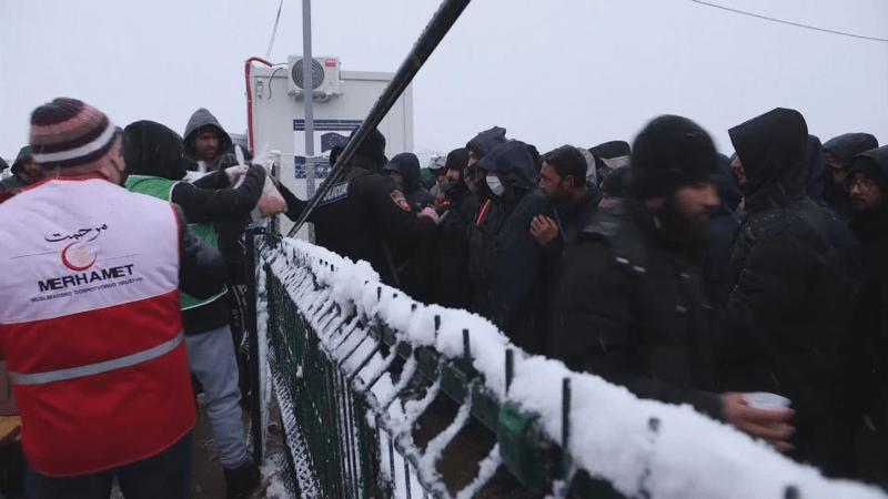 Bosna si neví rady s migranty. Tisícům z nich chybí funkční sprchy a teplé oblečení