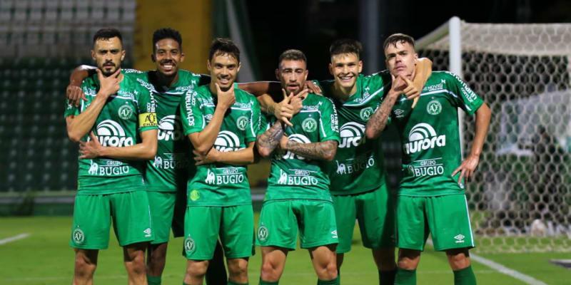 Fotbalisté Chapecoense během postupových oslav do elitní brazilské ligy
