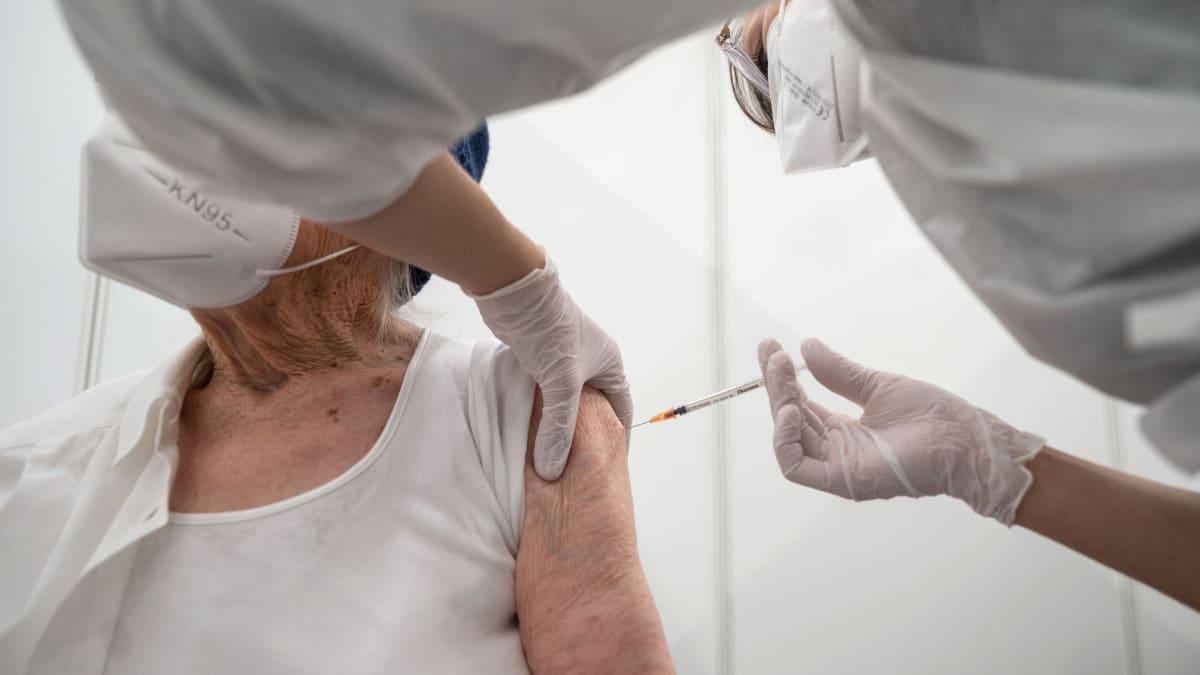 Starostové vzali vakcinaci do svých rukou. V Praze 7 očkují praktici stovky seniorů