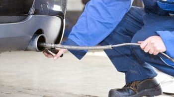 Jako by nebyly: Přísné emisní limity EU neplní nikdo, pokuty zaplatí zákazníci