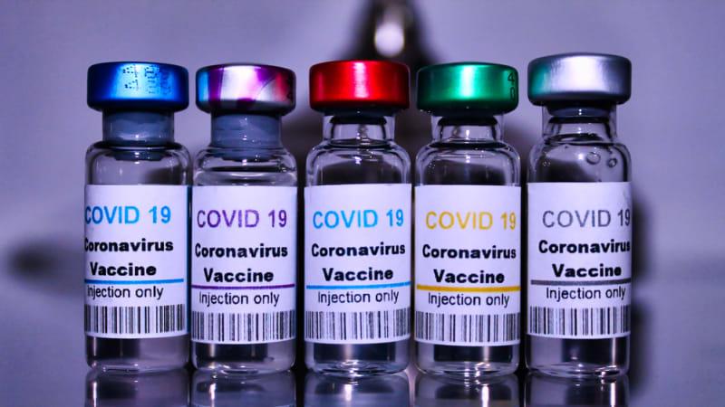 KOMENTÁŘ: Předbíhání ve frontě na vakcínu je normální. Vláda to měla čekat