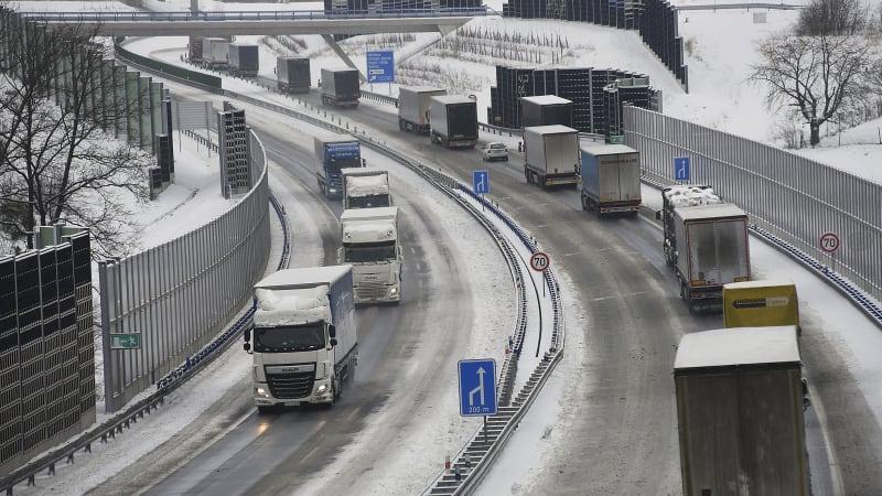 Řidiče trápí rozbředlý sníh. Kamiony v problémech, nemohou vyjet kopce