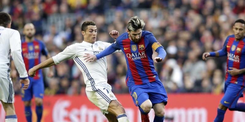 Lionel Messi (vpravo) uniká Cristianu Ronaldovi během zápasu španělské ligy FC Barcelona – Real Madrid.