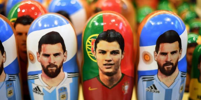 Lionel Messi a Cristiano Ronaldo (uprostřed) se dostali při mistrovství světa 2018 v Rusku i na tamní matrjošky.